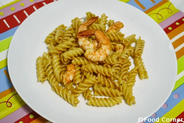 Pasta with prawns as a meal box idea for adults